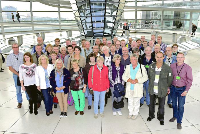 Die Reisegruppe mit Irene Mihalic in der Reichstagskuppel