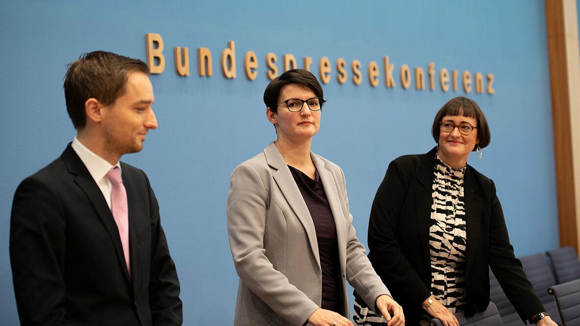 Benjamin Strasser (FDP), Irene Mihalic (Bündnis 90/Die Grünen) und Martina Renner (Linke) sind Obleute des Untersuchungsausschusses und stellten die Zwischenbilanz in der Bundespressekonferenz vor. Bündnis 90/Die Grünen Bundestagsfraktion/Maak